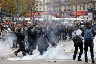 Les forces de l'ordre françaises ont eu recours dimanche à Paris à du gaz lacrymogène pour contenir plusieurs centaines de manifestants.