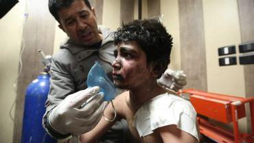 Un jeune garçon blessé dans un bombardement à Idlib.