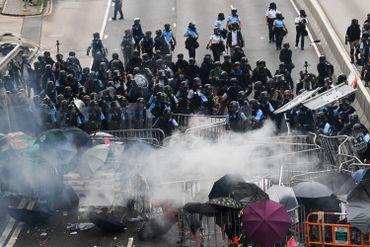 Hong Kong: affrontements entre police et manifestants qui tentent d'atteindre le Parlement