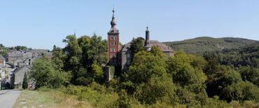 Perchée sur un pic rocheux, Vierves-sur-Viroin est une bourgade à plusieurs étages mais sans ascenseur... Il en faut du mollet pour monter au château !