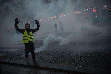 À Paris, 8 000 gendarmes et policiers ont appliqué une nouvelle stratégie pour limiter les débordements.