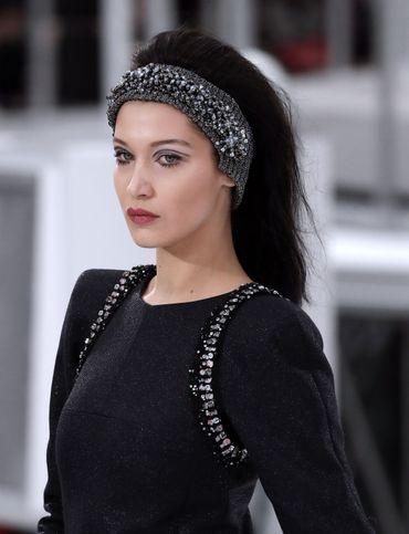 Sac à main en forme de fusée ou bottes scintillantes, les accessoires ont tous séduit chez Chanel, mais les bandeaux recouverts de perles se sont tout particulièrement démarqués.