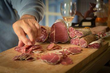 Les spécialités de la maison, la saucisse d'Hélécine à base de poireaux et d'oignons ou encore le saucisson de chasse.