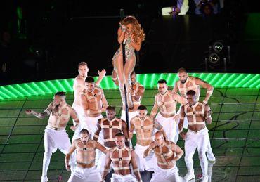 Jennifer Lopez en mode pole dance lors du Super Bowl remporté par les Chiefs de Kansas City.