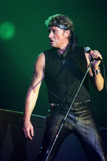 L'un des looks de scène emblématique de la star du rock : débardeur noir, pantalon en cuir, bandana, et bracelet imposant. Paris, septembre 1990