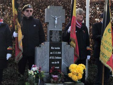 Une centaine de personnes se sont rassemblées pour honorer la mémoire des 11 soldats américains sauvagement tués.