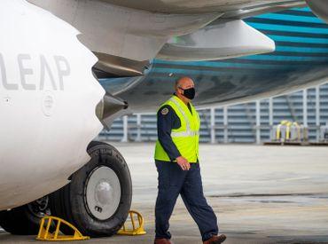 Le directeur de la FAA Steve Dickson examine le 737 Max avant de s'installer dans le cockpit
