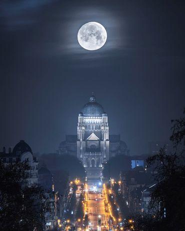 Une Impressionnante Photo De La Lune Dans Le Ciel Bruxellois Comment L Artiste A T Il
