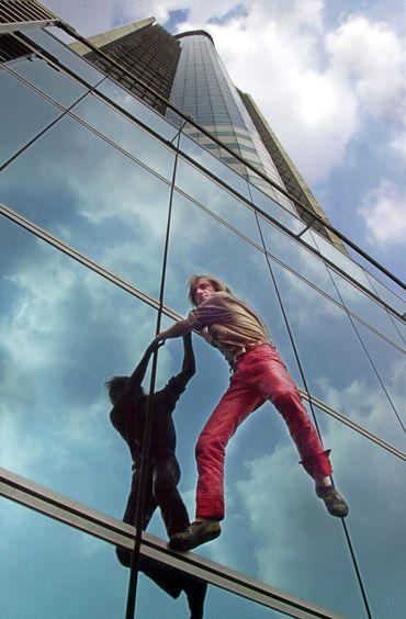 Alain Robert escalade de Wisma BNI, à Jakarta, en 2002. 162 mètres d'ascension à mains nues.