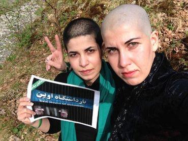 Samane et sa soeur Asie, indiquent sur Facebook qu'elles soutiennent les prisonniers par ce cliché