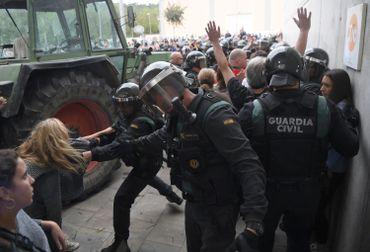 La tension est palpable entre votants et policiers nationaux
