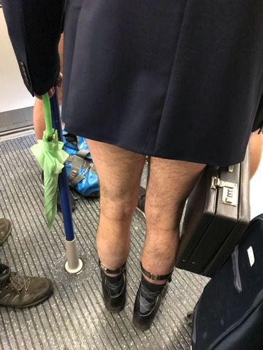 "Un participant de la ""no trousers tube ride"" à Londres, le 12 janvier 2020."