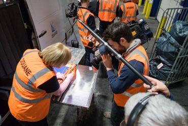 Ouverture d'un colis suspect à la douane de Bierset en présence de l'équipe de Devoir d'Enquête