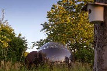 Try en bulle. Ambiance lumineuse à la nuit tombante, l'environnement naturel entre champs, bois et vallée Mosane