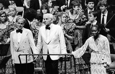 Photo prise le 07 août 1985 à Hiroshima de Léonard Bernstein (centre) au côté de la chanteuse américaine Barbara Hendrix, à la fin d'un concert
