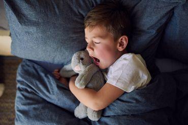 Comment aider les enfants à s'endormir et dormir mieux durant le confinement ?