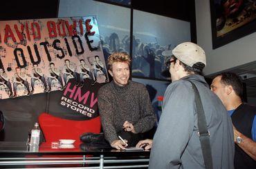 """Séance d'autographes pour David Bowie à New York à l'occasion de la sortie d""""Outside"""" - septembre 1995."""