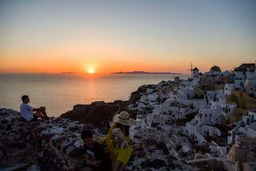 Coucher de soleil sur le village d'Oia, sur l'île de Santorin, en juin 2020