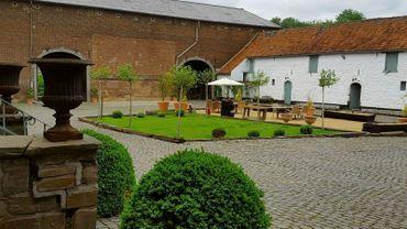 Magnifiquement conservée, la propriété est datée, pour les parties les plus anciennes, du 17e siècle. Elle se compose d'un corps de logis en briques et encadrement de pierre, et de plusieurs dépendances
