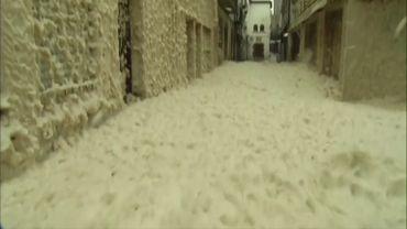 Espagne: une épaisse couche d'écume recouvre les rues de Tossa de Mar (vidéo)