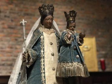 Une des tenues retrouvées a été replacée sur cette statue de la Vierge, datant du 18ème