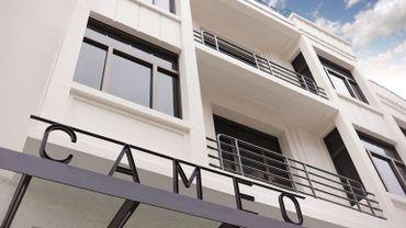 Au cœur du quartier des Carmes, la blanche façade Art déco du cinéma Caméo est bien connue des Namurois.