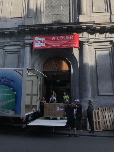Les déménageurs sont en action rue Saint-Jacques, dans l'église du même nom