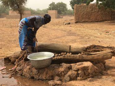 Les femmes sont à pied d'œuvre : elles sèment, elles récoltent, vont chercher l'eau du puis, pilent le petit mil, préparent à manger, font du petit commerce…