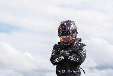 Lewis Hamilton croise les bras, en mémoire du Chadwick Boseman, sur le circuit de Spa-Francorchamps
