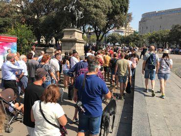 Les habitants de Barcelone affluaient vendredi matin sur les lieux de la minute de silence prévue à midi.