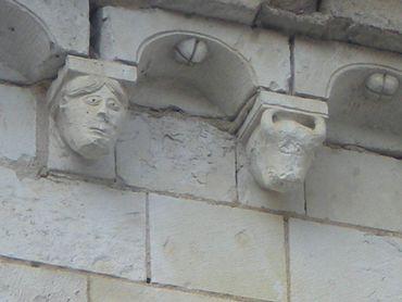 L'abbaye de Bois Aubry recèle un véritable trésor de sculptures romanes… Ici, quelques modillons des corniches.
