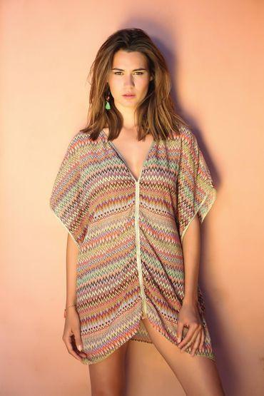 Robe de plage légère en coton avec col en V, ornée d'imprimés aztèque et or, à porter sur un maillot de bain ou comme une tenue pour la journée. Manches courtes et amples.