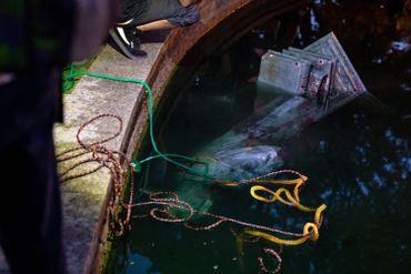 Une statue de Christophe Colomb a été renversée dans l'eau qui jouxtait le socle, à Richmond