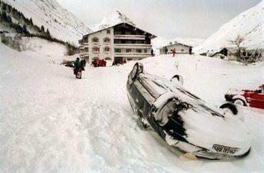 Images prises après l'avalanche de 1999 sur le village de Galtur, dans la région du Tyrol