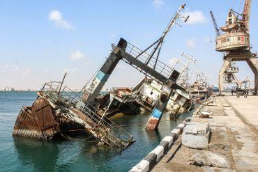 L'épave d'un cargo dans le port d'Aden, soumis à un blocus.