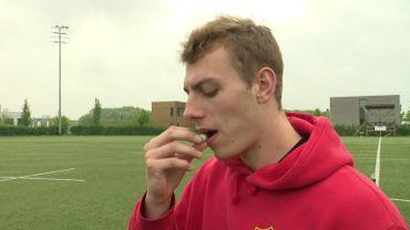 Des rugbymen vont absorber 200 mg de caféine sous forme de chewing-gum.