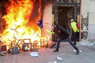 """""""Gilets jaunes"""": de nombreux magasins ont été pillés et incendiés à Paris"""