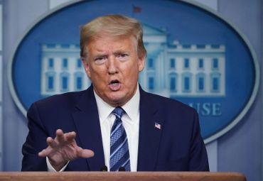 Le président américain, Donald Trump, répond aux questions des médias lors du briefing quotidien sur le  COVID-19, à Washington DC, le 21 avril 2020.