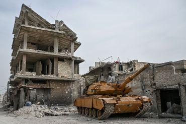Tank turc détruit dans les ruines de la ville de Sarmine, le 10 mars 2020