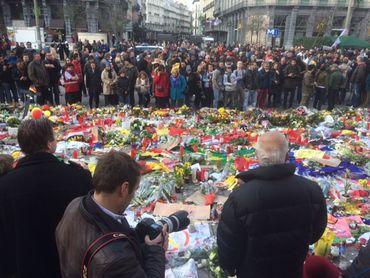 Devant la Bourse, des centaines de fleurs, petits mots, et objets déposés en hommage aux victimes des attentats de Bruxelles