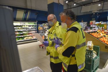 Bénévoles d'une associations faisant des courses pour les personnes ne pouvant se déplacer, ce 01 avril à Saint Sébastien, au Pays Basque