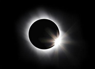 Seules des lunettes spéciales, conformes aux normes CE, protègent les yeux lors de l'observation d'une éclipse solaire.