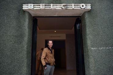 Vincent Meessen à l'entrée du pavillon belge à la Biennale de Venise