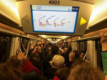 Conséquence des actions menées ce mardi : le réseau Stib, du moins les lignes en circulation, était archi bondé ce matin.