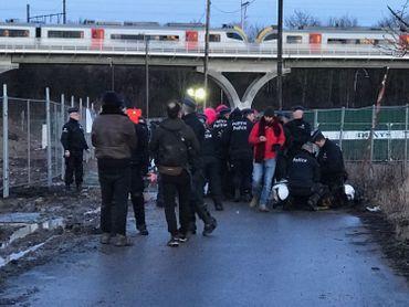 Première confrontation et immobilisation de certains manifestants.