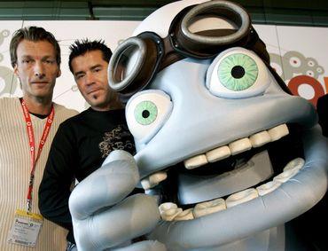 Les producteurs Henning Reith et Reinhard Raith et Crazy frog, leur créature infernale, à Berlin, en septembre 2005