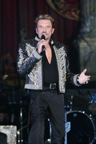 Certaines tenues de scène sont plus sobres, mais la star de la chanson n'oublie jamais ses vestes bariolées emblématiques et ses chaînes ornées d'une croix. Paris, septembre 2006