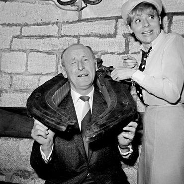 """Les acteurs Bourvil et Annie Cordy plaisantent le 01 mars 1966 à Paris après avoir reçu le """"Prix du Rideau Rouge"""" dans un théâtre parisien."""