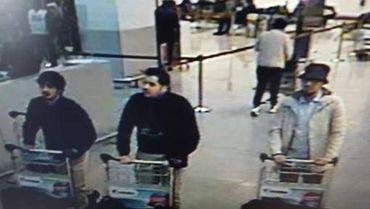 Un photo issue des images des caméras de surveillance laissent entrevoir le visage des suspects. LEs deux individu en noir seraient les deux kamikazes, l'autre serait activement recherché.