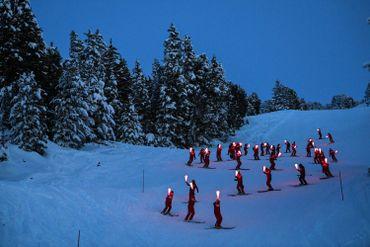Descente aux flambeaux des moniteurs de l'ESF à Chamrousse (Isère) en janvier 2021
